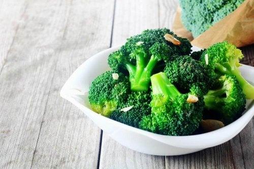 piatto bianco con broccoli
