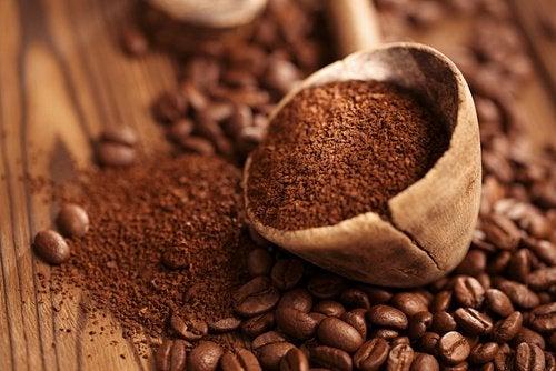 caffè in polvere per eliminare i cattivi odore degli armadi