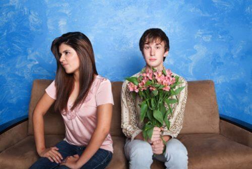 Ragazzo con mazzo di fiori e ragazza arrabbiata