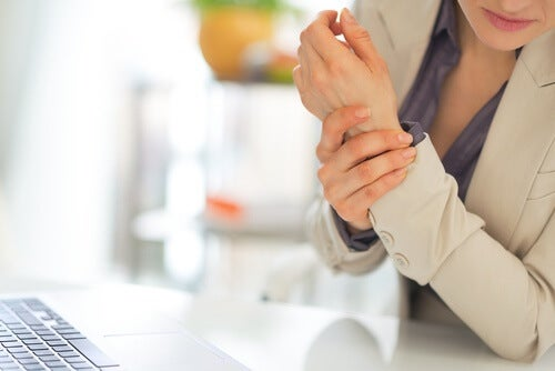 Mano rigida tra i sintomi della fibromialgia