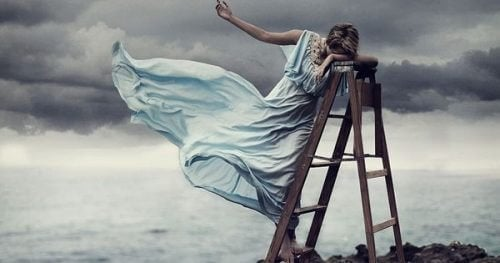 Donna triste su una scala