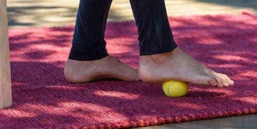 Esercizio con pallina da tennis per curare la spina calcaneare