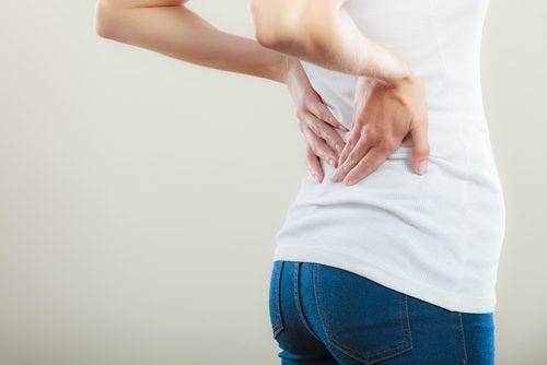 Mal di schiena tra i sintomi del tumore della vescica