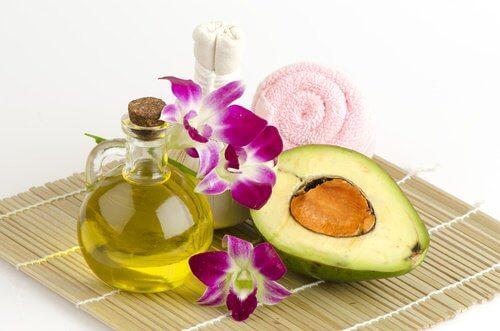 Maschera avocado e olio di oliva per prevenire le rughe sulle mani