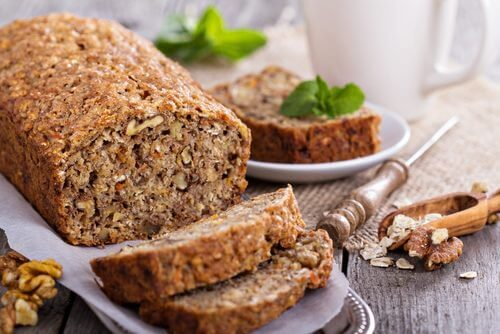 Delizioso pane d'avena con banane e noci, senza glutine né lattosio