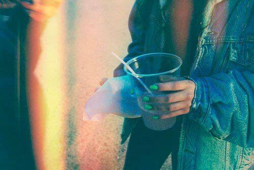 ragazza che beve col giubbotto