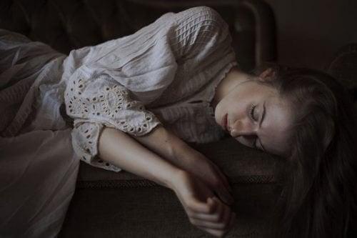 Ragazza che dorme la sindrome di cassandra