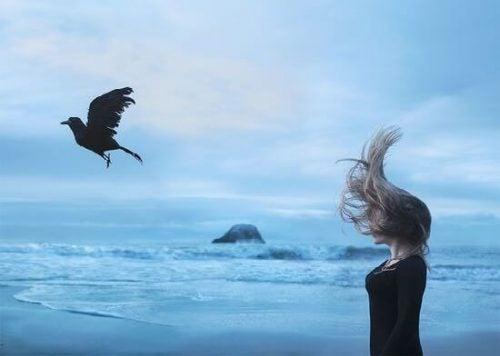 Ragazza sulla spiaggia capelli al vento