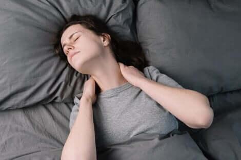 Trattamento della fibromialgia: ragazza con dolore al collo.