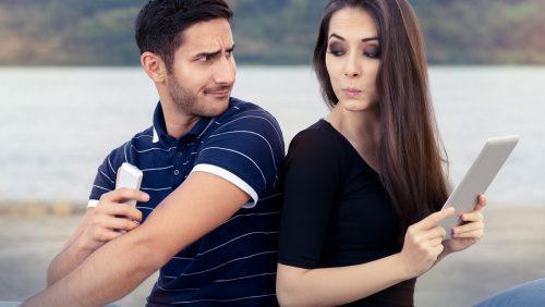 Comportamenti da non accettare in coppia: la mancanza di fiducia
