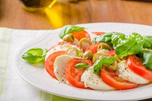 Insalata a base di pomodoro, mozzarella e aglio