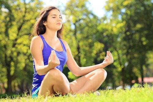 Ragazza che fa yoga