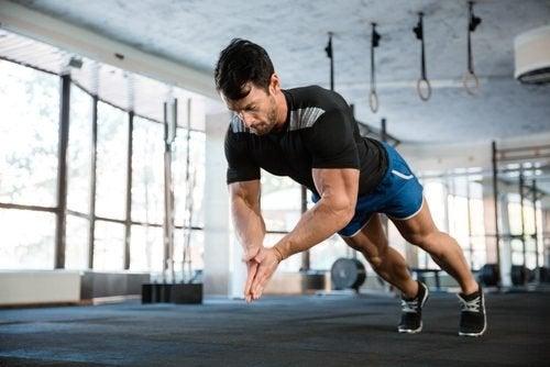 Ragazzo che si allena per migliorare le sue prestazioni fisiche