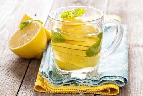 Acqua e limone per eliminare il gonfiore addominale