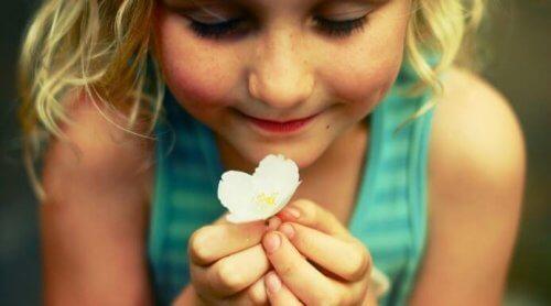 bambina con fiore
