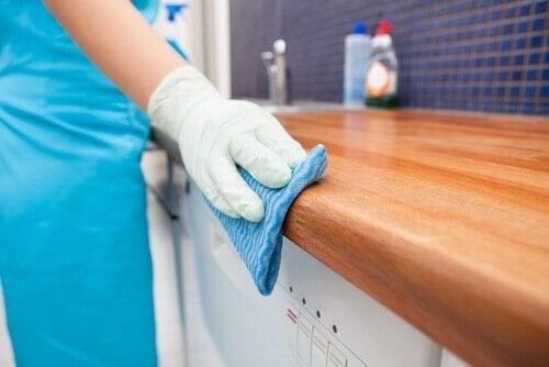 Disinfettare piano da lavoro in cucina come usare l'aceto di mele