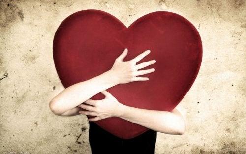 Donna abbraccia un cuore