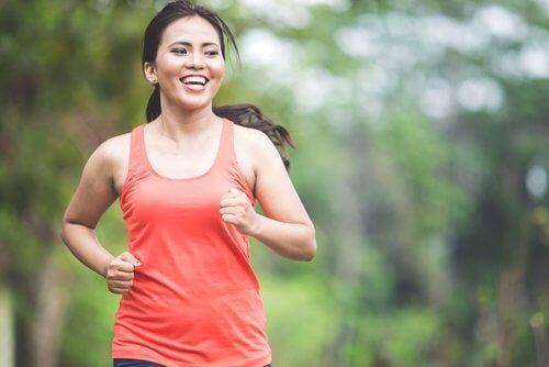 Donna che corre per eliminare il grasso addominale