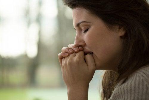 donna preoccupata con disturbo d'ansia generalizzato