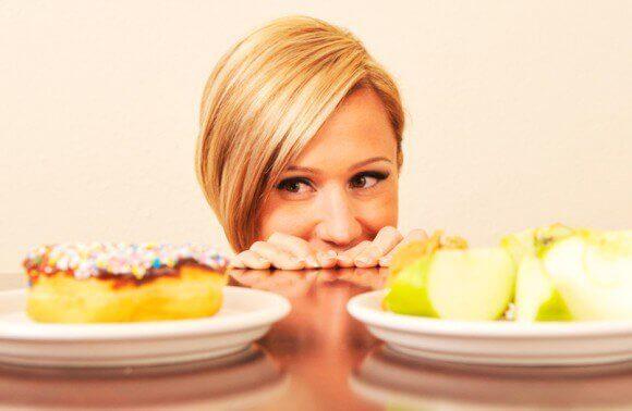 Donna combattuta tra dolce e frutta