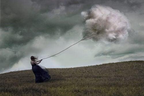 donna legata a una nuvola con una fune
