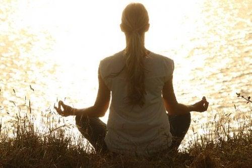 Donna che medita