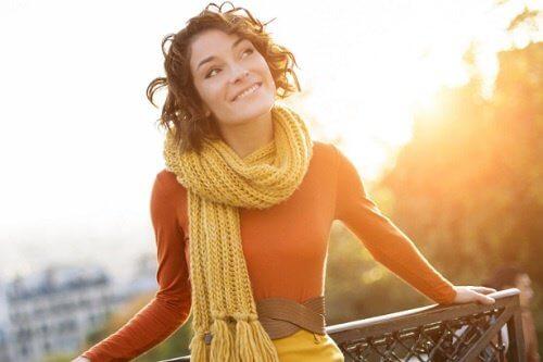 Ragazza sorridente con la sciarpa