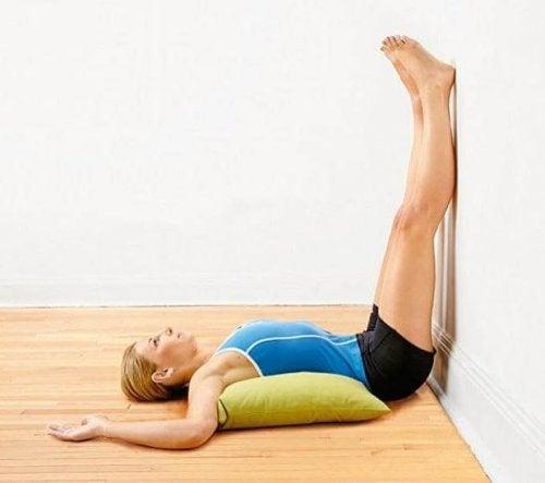 Esercizio alla parete per mitigare il dolore alle gambe