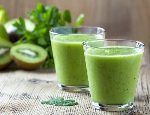 frullato di spinaci in due bicchieri