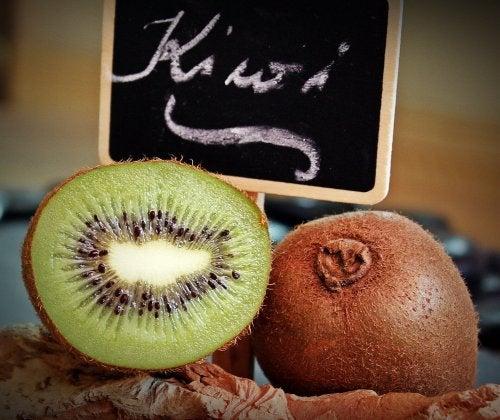 Combattere la stitichezza con la frutta, in particolare il Kiwi
