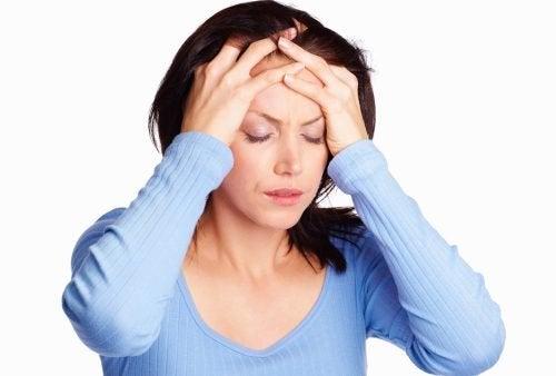 Donna con mal di testa