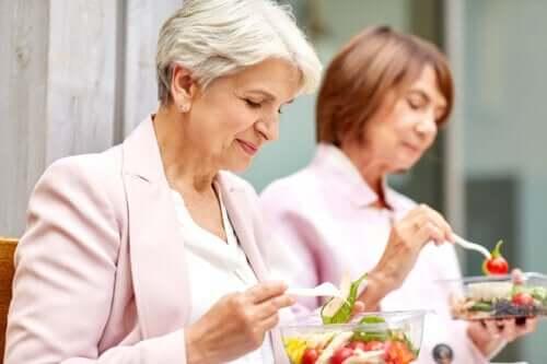Più invecchiamo, più il cibo ci fa ingrassare