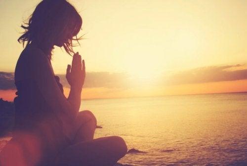 Donna che medita al tramonto