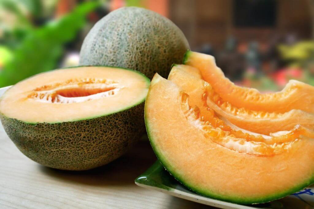 Melone intero e a fette