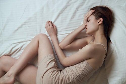 Donna con mal di testa e dolore