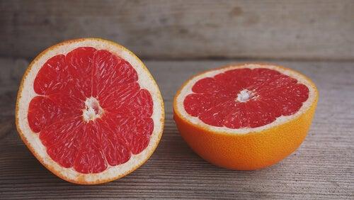 Pompelmo rosa efficace contro la ritenzione idrica