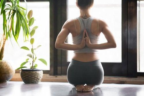 Postura della preghiera per rinforzare i muscoli lombari