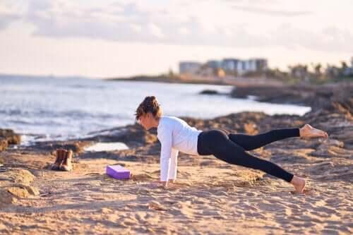 Sfoggiare un ventre piatto grazie a 5 posizioni yoga