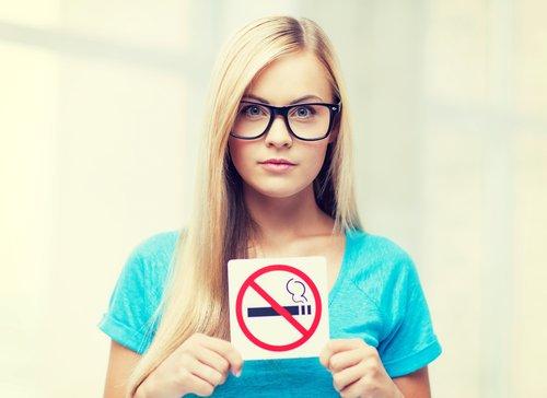 Ragazza che dice di no al fumo