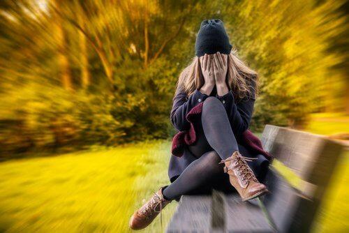 ragazza con le mani sul volto soffre di ansia