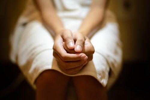 Donna con mani a pugno