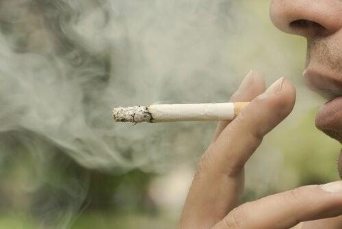 Uomo che butta fuori il fumo della sigaretta