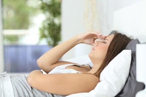 Donna stanca a letto