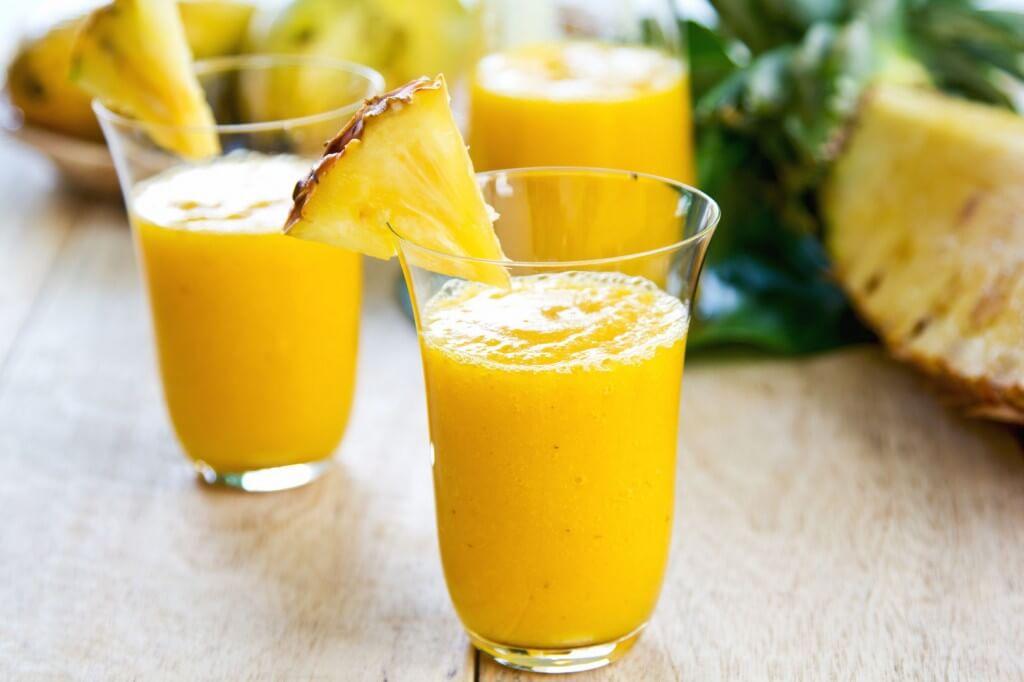 bicchieri con frullato di ananas
