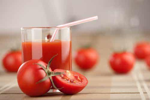 Frullato disintossicante di pomodoro, aglio e curcuma