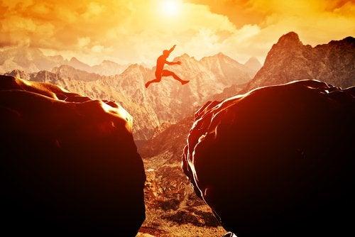 uomo salta da una montagna all'altra