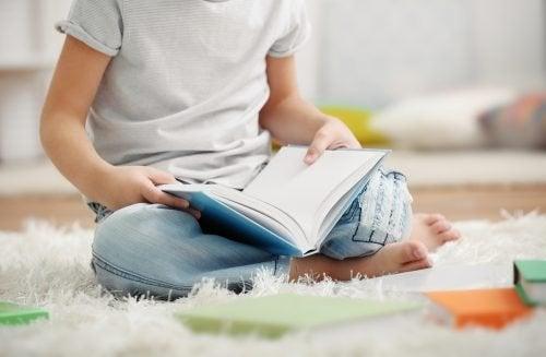 Bambino che legge un libro