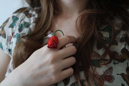 Donna con fiore appassito