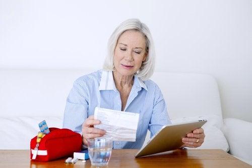 Donna legge le indicazioni dell'ibuprofene