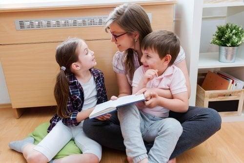 Mamma che legge con i suoi bambini